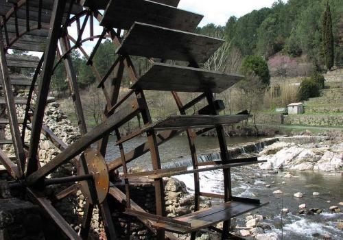 le Gardon vu à travers la roue d'un moulin à Corbès, dans le Gard Photo Tiseb Wikimedia Commons