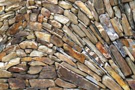 Réalisation en pierre sèche de Roland Mousquès, artisan cévenol © Artisans bâtisseurs en pierres sèches