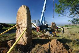 Opération de relevage de menhirs à Galy © Bruno Descaves PNC