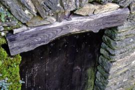 Porte cévenole, linteau en bois et arc de décharge en schiste © Guy Grégoire